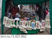 Купить «Суздаль. Уличная торговля сувенирами», эксклюзивное фото № 5927802, снято 1 марта 2014 г. (c) Gagara / Фотобанк Лори