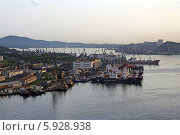 Купить «Владивостокский морской рыбный порт, мыс Чуркина», эксклюзивное фото № 5928938, снято 13 мая 2014 г. (c) Алексей Гусев / Фотобанк Лори