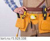 Купить «пояс с инструментами на рабочем», фото № 5929338, снято 21 февраля 2014 г. (c) Андрей Попов / Фотобанк Лори
