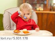 Купить «Очаровательная кроха ест самостоятельно», фото № 5931178, снято 19 июля 2018 г. (c) BE&W Photo / Фотобанк Лори