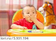 Купить «Симпатичный маленький мальчик с аппетитом ест обед», фото № 5931194, снято 20 февраля 2011 г. (c) BE&W Photo / Фотобанк Лори
