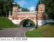 Кирпичный мост в парке Царицыно (2014 год). Редакционное фото, фотограф Юрий Баулин / Фотобанк Лори