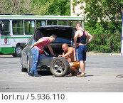 Купить «Ремонт автомобиля на улице, район Люблино, Москва», эксклюзивное фото № 5936110, снято 20 мая 2014 г. (c) lana1501 / Фотобанк Лори