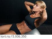 Спортивная девушка качает мышцы пресса. Стоковое фото, фотограф Restyler Viacheslav / Фотобанк Лори