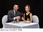 Купить «Яркая молодая пара проводит время в ресторане», фото № 5937758, снято 9 марта 2014 г. (c) Syda Productions / Фотобанк Лори