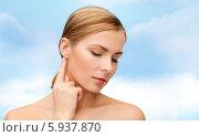Купить «Женщина трогает ухо, немного наклонив голову», фото № 5937870, снято 5 декабря 2013 г. (c) Syda Productions / Фотобанк Лори