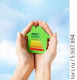 Купить «Зеленый бумажный домик с графиком энергосбережения в женских ладонях на фоне голубого неба», фото № 5937894, снято 28 марта 2013 г. (c) Syda Productions / Фотобанк Лори