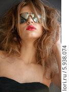 Купить «Портрет гламурной девушки с длинными волосами в солнцезащитных очках и с ярко накрашенными губами», фото № 5938074, снято 24 августа 2011 г. (c) Syda Productions / Фотобанк Лори