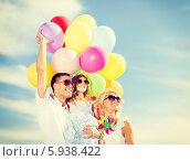 Купить «Радостные родители с маленькой дочкой и с большой связкой воздушных шаров», фото № 5938422, снято 4 августа 2013 г. (c) Syda Productions / Фотобанк Лори
