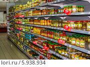 Консервированные овощи на полках в супермаркете (2014 год). Редакционное фото, фотограф eva cuba air / Фотобанк Лори
