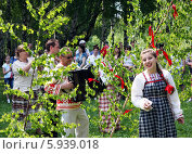 Купить «Праздник Троица В России, фольклор и народные гуляния», фото № 5939018, снято 23 июня 2013 г. (c) ElenArt / Фотобанк Лори
