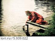 Купить «Девушка в народном костюме у реки», фото № 5939022, снято 23 июня 2013 г. (c) ElenArt / Фотобанк Лори