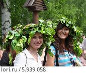 Купить «Девушки в венках из березовых веток на празднике Троица», фото № 5939058, снято 23 июня 2013 г. (c) ElenArt / Фотобанк Лори