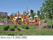 Купить «Детская площадка в городском парке в Люблине в Москве», эксклюзивное фото № 5943086, снято 20 мая 2014 г. (c) lana1501 / Фотобанк Лори