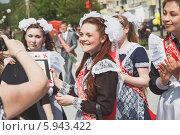 Купить «Счастливые выпускницы», эксклюзивное фото № 5943422, снято 23 мая 2014 г. (c) Иван Карпов / Фотобанк Лори