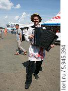Купить «Мужчина в национальном костюме и соломенной шляпе», фото № 5945394, снято 24 мая 2014 г. (c) Марина Шатерова / Фотобанк Лори