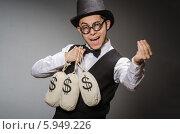 Купить «Радостный мужчина в шляпе держит мешки с деньгами», фото № 5949226, снято 1 марта 2014 г. (c) Elnur / Фотобанк Лори