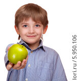 Купить «Мальчик протягивает яблоко», фото № 5950106, снято 27 февраля 2014 г. (c) Безбородкин Дмитрий / Фотобанк Лори