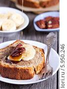 Купить «Кусок бананового хлеба-торта Пекан с орехами и кленовым сиропом», фото № 5950246, снято 31 августа 2013 г. (c) Елена Веселова / Фотобанк Лори