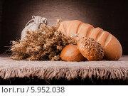 Хлеб и сухие колосья на столе. Стоковое фото, фотограф Natalja Stotika / Фотобанк Лори