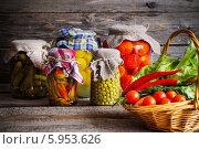 Купить «Консервированные и свежие овощи на деревянном фоне», фото № 5953626, снято 5 апреля 2014 г. (c) Майя Крученкова / Фотобанк Лори