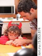 Купить «пара помогает ребенку рисовать», фото № 5953874, снято 27 августа 2010 г. (c) Phovoir Images / Фотобанк Лори