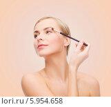 Купить «Девушка делает макияж глаз, нанося тени для век специальной кисточкоц», фото № 5954658, снято 5 декабря 2013 г. (c) Syda Productions / Фотобанк Лори