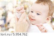 Купить «Мама держит ручку очаровательного младенца», фото № 5954762, снято 22 декабря 2007 г. (c) Syda Productions / Фотобанк Лори