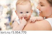 Счастливая мама с нежностью смотрит на малыша. Стоковое фото, фотограф Syda Productions / Фотобанк Лори
