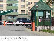 Купить «Закрытый шлагбаум при въезде на парковку», фото № 5955530, снято 22 мая 2018 г. (c) Vladimir Sviridenko / Фотобанк Лори