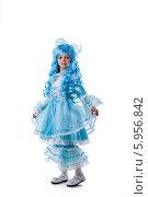 Купить «Девочка в костюме Мальвины на белом фоне», фото № 5956842, снято 18 мая 2014 г. (c) Гурьянов Андрей / Фотобанк Лори