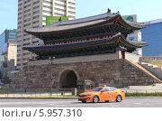 Купить «Яркое оранжевое сеульское такси стоит перед воротами Намдемун в центре Сеула», фото № 5957310, снято 29 мая 2014 г. (c) Ольга Липунова / Фотобанк Лори