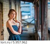 Рыжеволосая девушка стоит на веранде старого дома. Стоковое фото, фотограф Игорь Низов / Фотобанк Лори