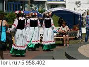 Купить «Девушки в национальных костюмах и с венками на головах», фото № 5958402, снято 24 мая 2014 г. (c) Марина Шатерова / Фотобанк Лори