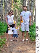 Купить «Папа, беременная мама и ребенок в сосновом лесу», фото № 5961750, снято 4 августа 2012 г. (c) Арестов Андрей Павлович / Фотобанк Лори