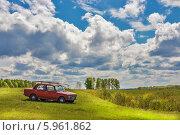 Купить «Сельский мотив. Автомобиль с рыболовными удочками на багажнике у реки», эксклюзивное фото № 5961862, снято 29 мая 2014 г. (c) Евгений Мухортов / Фотобанк Лори