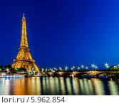 Купить «Эйфелева башня ночью, Париж, Франция», фото № 5962854, снято 18 сентября 2012 г. (c) Elnur / Фотобанк Лори