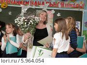 Купить «Балашиха, выпускной. Дети дарят цветы первому учителю», эксклюзивное фото № 5964054, снято 21 мая 2014 г. (c) Дмитрий Неумоин / Фотобанк Лори