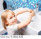Купить «Девочка моет руки под краном в ванной комнате», фото № 5964438, снято 1 июня 2014 г. (c) Дмитрий Наумов / Фотобанк Лори
