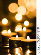Купить «Чайные свечи горят на размытом фоне», фото № 5964810, снято 22 января 2014 г. (c) Anton Kozyrev / Фотобанк Лори