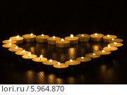 Купить «Сердце из горящих чайных свечей на деревянном фоне», фото № 5964870, снято 26 января 2014 г. (c) Anton Kozyrev / Фотобанк Лори