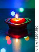 Купить «Горит свеча в форме сердца», фото № 5964890, снято 27 января 2014 г. (c) Anton Kozyrev / Фотобанк Лори