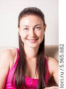 Купить «Портрет улыбающейся молодой девушки в розовой майке», эксклюзивное фото № 5965682, снято 27 мая 2014 г. (c) Артём Крылов / Фотобанк Лори