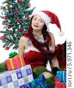 Купить «Очаровательная девушка в красном колпаке под елкой с новогодними подарками», фото № 5971346, снято 20 марта 2019 г. (c) BE&W Photo / Фотобанк Лори