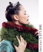 Купить «Очаровательная девушка намотала на шею боа из елочной мишуры», фото № 5971846, снято 20 марта 2019 г. (c) BE&W Photo / Фотобанк Лори