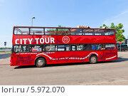 Купить «Красный двухэтажный экскурсионный автобус на площади Латышских стрелков в Риге, Латвия», фото № 5972070, снято 25 мая 2014 г. (c) Иван Марчук / Фотобанк Лори