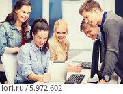 Купить «Студенты общаются, читая новости на планшетном компьютере», фото № 5972602, снято 2 ноября 2013 г. (c) Syda Productions / Фотобанк Лори