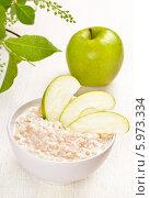 Купить «Овсяная каша с кусочками яблока», фото № 5973334, снято 28 апреля 2014 г. (c) Татьяна Волгутова / Фотобанк Лори