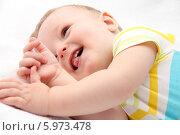Счастливый маленький ребенок лежит в кроватке. Стоковое фото, фотограф Nikolay Kostochka / Фотобанк Лори