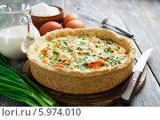 Купить «Домашний пирог с рыбой и зеленым луком на столе», фото № 5974010, снято 4 июня 2014 г. (c) Надежда Мишкова / Фотобанк Лори